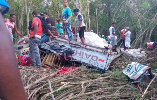 Cinco muertos y tres heridos al volcarse camión en Barahona